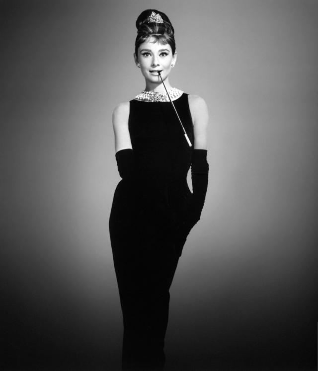 """На съемках она носила очень стильную одежду (в том числе знаменитое """"маленькое черное платье"""", ставшее после выхода фильма на экраны настоящим хитом), созданную ею в соавторстве с графом Живанши. Найденный таким образом стиль она сохранила и вне съемок."""
