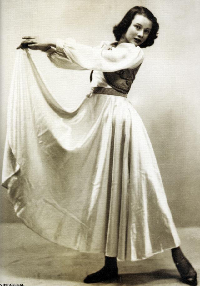 После окончания войны, Хепберн заканчивает консерваторию и переезжает в Амстердам, где вместе с матерью работает медсестрой в доме ветеранов. Параллельно с работой Хепберн берет уроки балета у Сони Гаскелл.