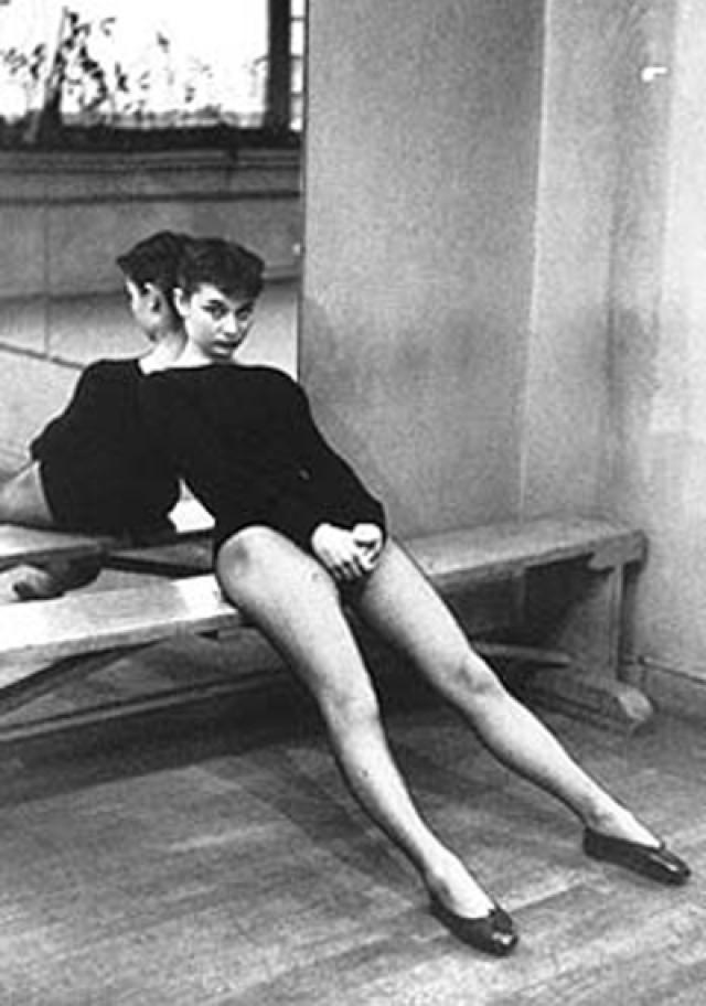В 1948 Одри приезжает в Лондон и начинает брать уроки танца у прославленной Мари Рамберт. Рамперт заверила ее, что она может продолжать работать и будет иметь успех как балерина. Но рост Хепберн (примерно 1 м 70 см) в сочетании с хроническим недоеданием во время войны не позволит ей стать прима-балериной.