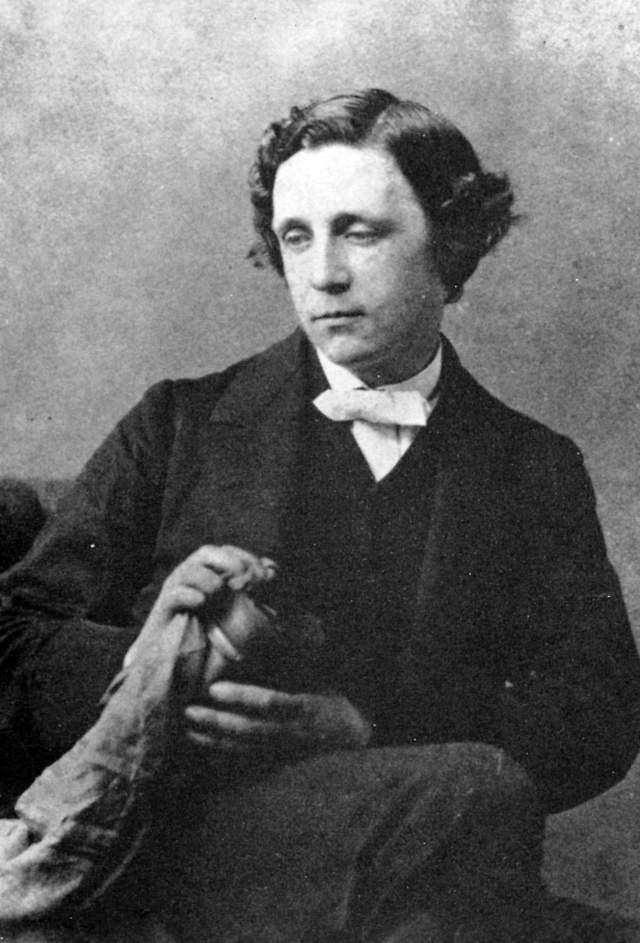 """Льюис Кэрролл. Создатель """"Алисы в стране чудес"""", математик и преподаватель университета не интересовался женщинами, зато увлекался маленькими девочками, которых даже фотографировал в полуобнаженном виде."""