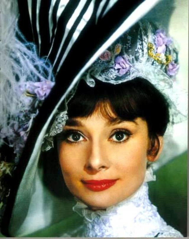 """В 1964 году Одри снялась в мюзикле """"Моя прекрасная леди"""", появления которого ждали с нетерпением. Хепберн записала вокальные партии для роли, но впоследствии профессиональная певица Марни Никсон перепела все ее песни. Говорят, что Хепберн в гневе покинула съемки после того, как ей рассказали об этом."""